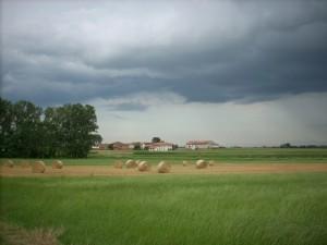 Nuvole minacciose sulla campagna di Bausone