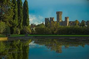 valeggio: il castello dal parco