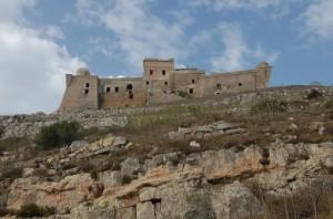 Salendo verso il forte di Monte S. Caterina