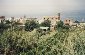 campi coltivati e chiesa