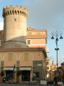 La città ingloba l'antica torre.