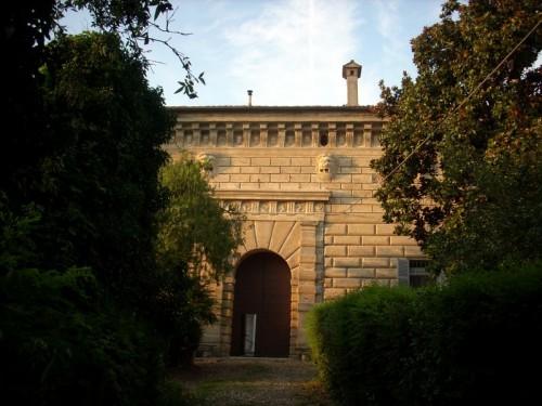 Castiglione d'Adda - Castello Serbelloni facciata a bugnato e mascheroni