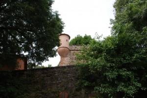 all'ingresso  del castello una torretta nel verde