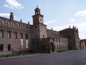 l'imponente facciata del castello di Carpi