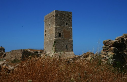 Campofelice di Roccella - inaccessibile torre roccella