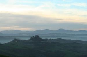 Panorama dei calanchi al crepuscolo, e del Castello di Rossena