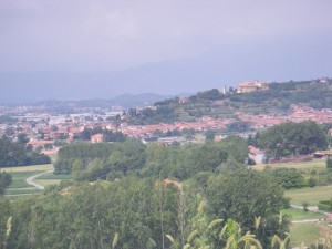Il paese con, sullo sfondo, il castello