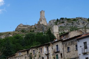 La rocca che domina il suo borgo