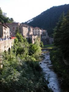 Un fiume divide il borgo