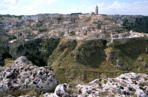 Matera: il Sasso Barisano ed il Sasso Caveoso sovrastati dal Duomo