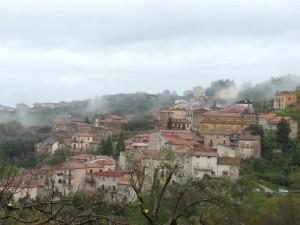 Trenta: fiocchi di nebbia tra le case