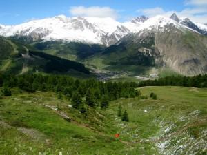 tra le alte montagne innevate