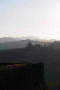 Dalle mura del Castello di Torrechiara, un paesaggio nebbioso di febbraio