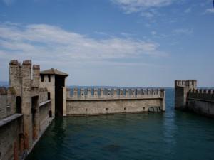 sirmione e le mura di cinta del castello in acqua