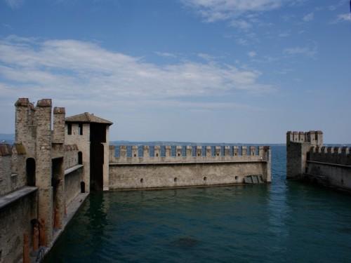 Sirmione - sirmione e le mura di cinta del castello in acqua