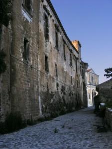 Il castello visto dal borgo