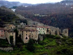 Le mura di cinta del castello Caracciolo