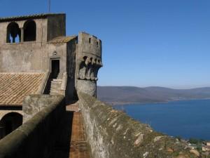 le mura del Castello Odescalchi e il lago di Bracciano