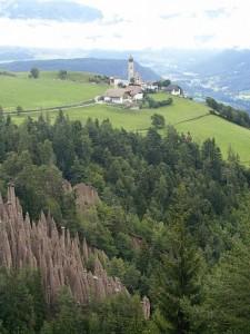 Piramidi di Terra a Renon - Sullo sfondo la frazione di Longomoso