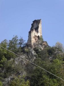 Monterosso Grana, Val Grana: resti della torre del castello dei conti di Monterosso
