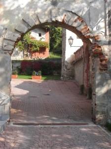 Monterosso Grana, Val Grana: entrata del castello dei conti di Monterosso