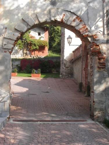 Monterosso Grana - Monterosso Grana, Val Grana: entrata del castello dei conti di Monterosso