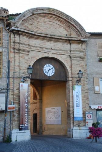 Castelfidardo - porta e orologio
