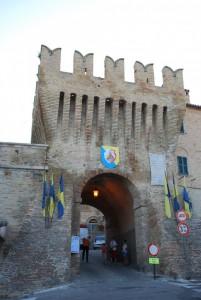 porta, bandiere e cartelli