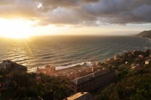 Un raggio di sole colpisce la Basilica di Camogli durante la mareggiata