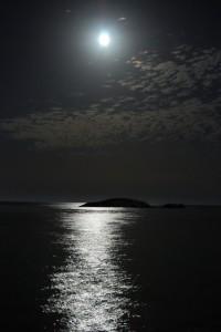 Luna piena sullo scoglio di peppino
