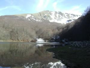 Il lago Laudemio alle pendici di Monte Papa e Monte Sirino