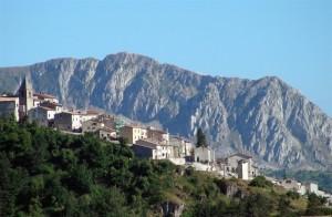 Panorama di Rovere con la Serra di Celano sullo sfondo.