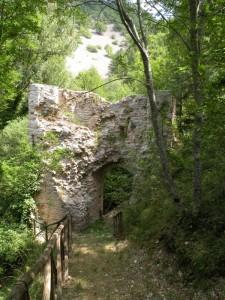 una porta nella boscaglia del castello Varano