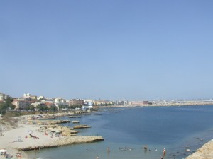 Panorama della città  con spiaggia scogliolungo