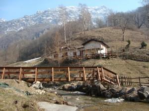 Rifugio tra torrente e montagne