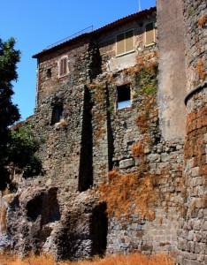 mura del castello medievale di Lanuvio