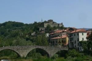 panorama di pontremoli e castello del piagnaro