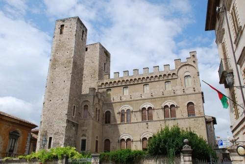 """Ascoli Piceno - le """"torri gemelle"""" in piazza S. Agostino"""