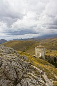 panorama Calascio con chiesa Santa Maria della pietà