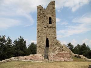 l' altra facciata della torre in cima al monte battaglia