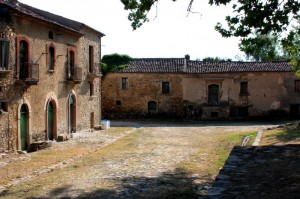 """Roscigno Vecchia…un borgo medievale di 10 case """"sgarrupate"""" intorno ad una fontana….patrimonio dell'umanità…io non ho mai visto qualcosa di più bello"""