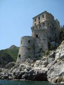 La torre, maestosamente a picco sul mare.