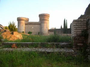 Rocca Pia tra i resti dell'anfiteatro romano