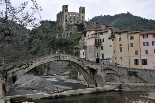 Dolceacqua - il ponte medioevale, il castello e.... le  case