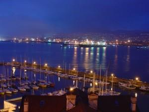 veduta notturna del golfo di Trieste