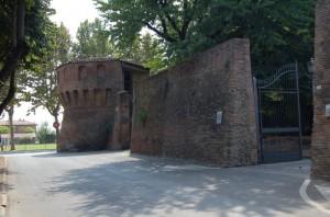 Un altro torrione con resti di mura