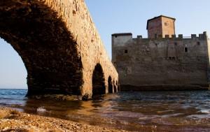 Castello di Torre Astura sotto il ponte
