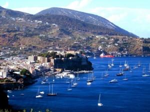 Veduta di Lipari, il porto e il castello