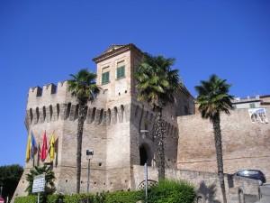 Porta di igresso con torre e ponte levatoio.