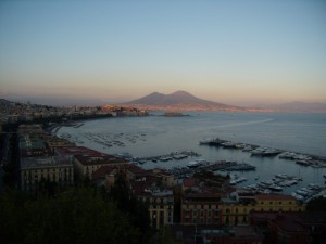 Il golfo di Napoli al tramonto